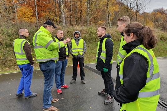Ausbilder Helge Kell gibt unseren angehenden Berufskraftfahrer/innen letzte Instruktionen