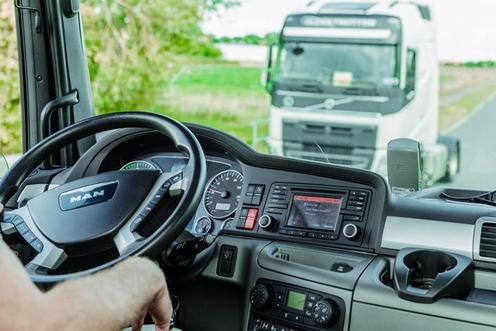Ein Blick in ein Lkw-Führerhaus