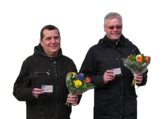 Roman Orlanski und Alexander Stolpe mit einem Blumenstrauß.